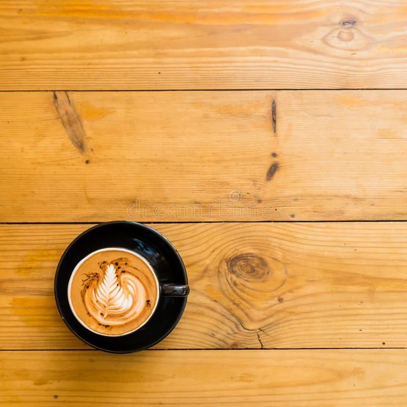 Горячий Mocha кофе на коричневом деревянном столе с шоколадом стоковая фотография rf