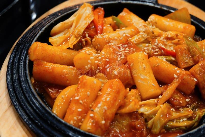 Горячий Tukbokki корейский и пряный торт риса стоковое фото