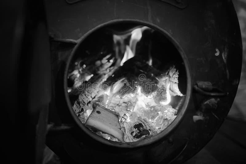 горящая древесина печки Швырок для топления печи Склад для стоковая фотография rf