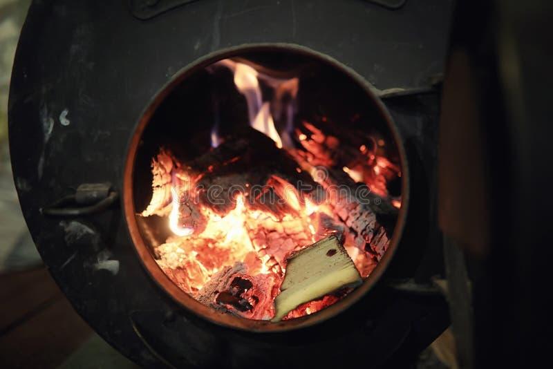 горящая древесина печки Швырок для топления печи Склад для стоковая фотография