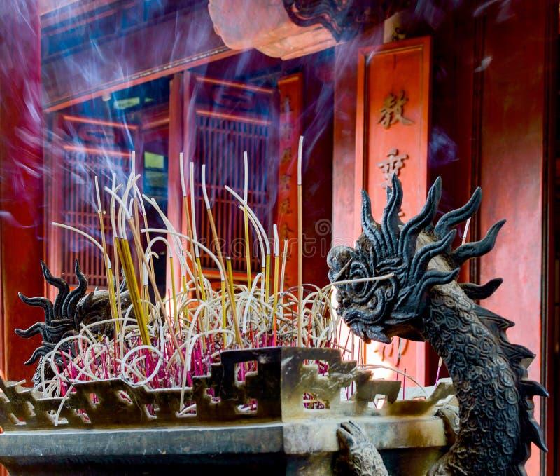 Горящая красная свеча китайца в виске стоковое фото