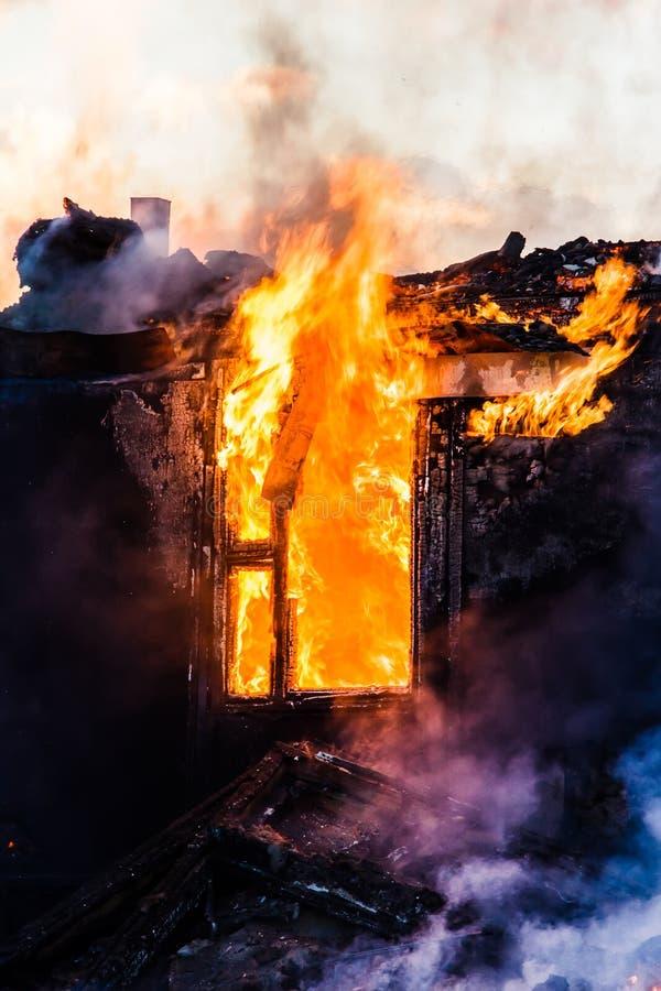 горящая дом стоковое изображение rf