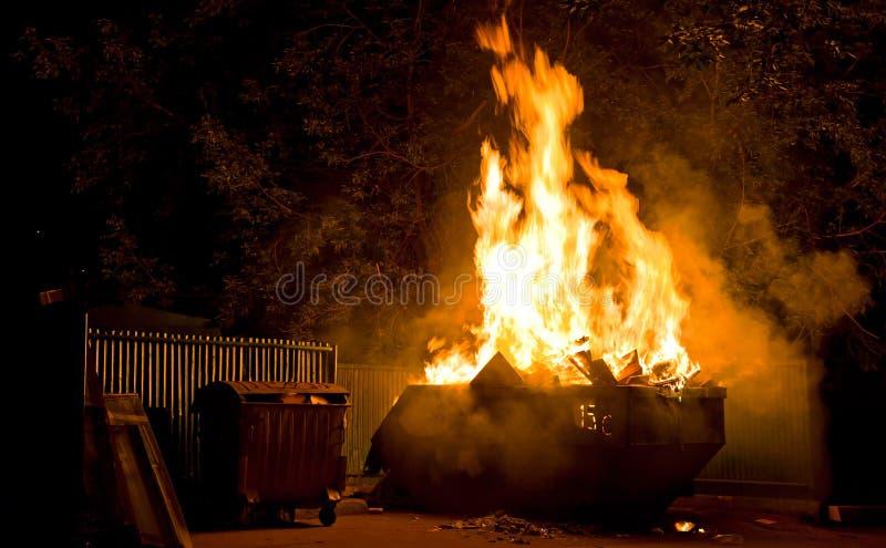 горящая погань контейнера стоковое фото rf