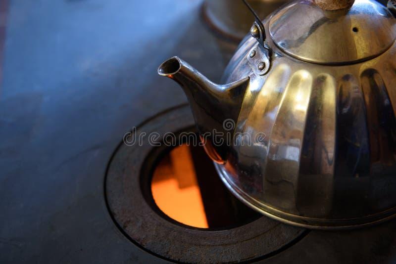 горящая древесина печки Чай на плите плиты стоковые изображения rf