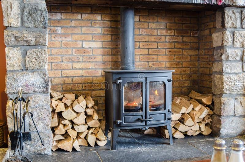 горящая древесина печки стоковая фотография rf