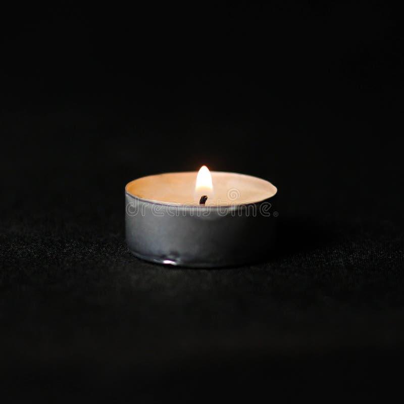 горящая свечка конец вверх Изолировано на черной предпосылке стоковое изображение rf