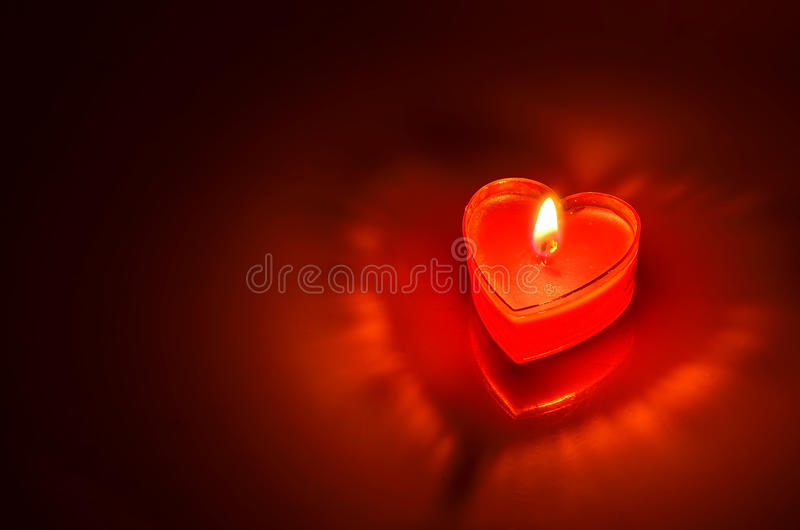 Горящее красное сердце свечи стоковые изображения