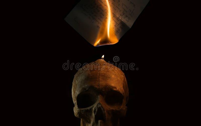 Горящее рукописное письмо огнем свечи стоковое фото rf
