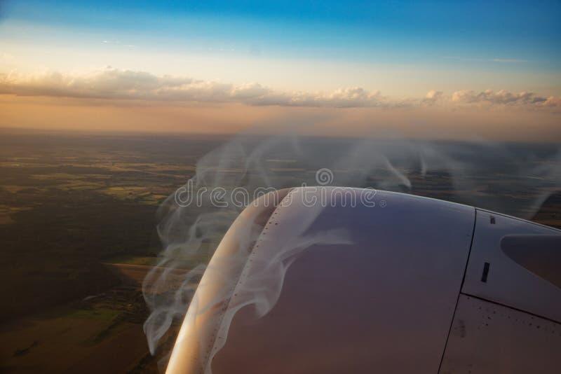 Горящие плоские двигатель, огонь и дым, взгляд от окна стоковая фотография rf