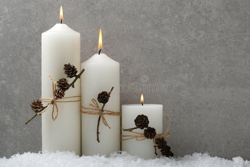Горящие свечи белого рождества на бетоне стоковое фото rf