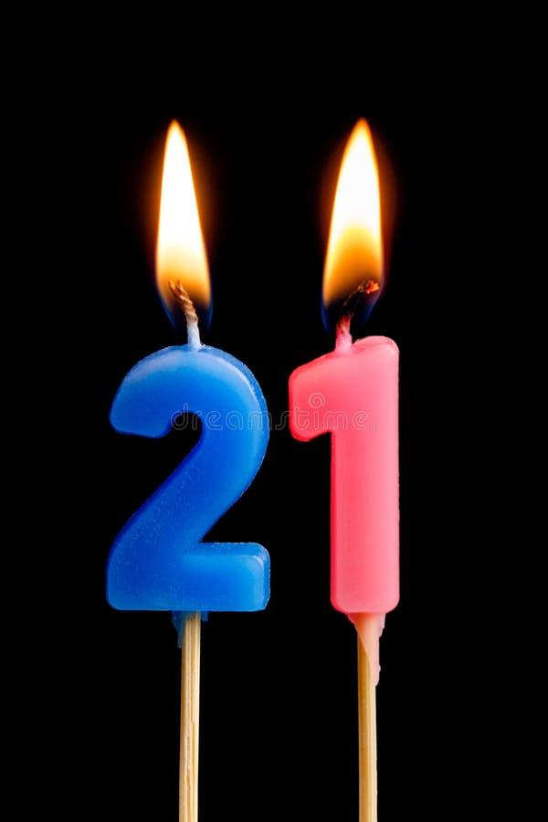 Горящие свечи в форме 21 20 одного номера, дат для торта изолированного на черной предпосылке Концепция праздновать a стоковая фотография
