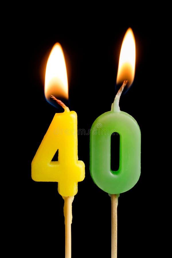 Горящие свечи в форме 40 числовые изображения, даты для торта на черной предпосылке Концепция праздновать a стоковые фото