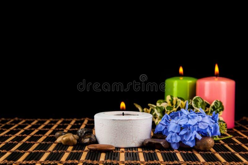 Горящие свечи и камешки для встречи ароматерапии стоковая фотография rf