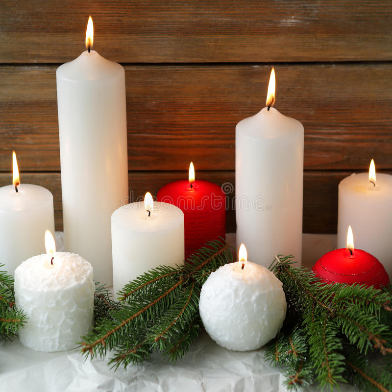 Горящие свечи и спрус рождества стоковое фото