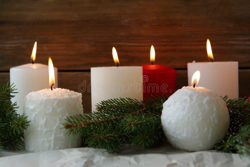Горящие свечи пришествия и спрус зеленого цвета стоковое фото