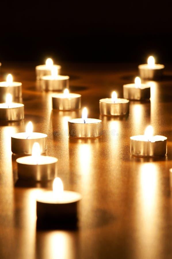 горящие свечки много стоковые фото