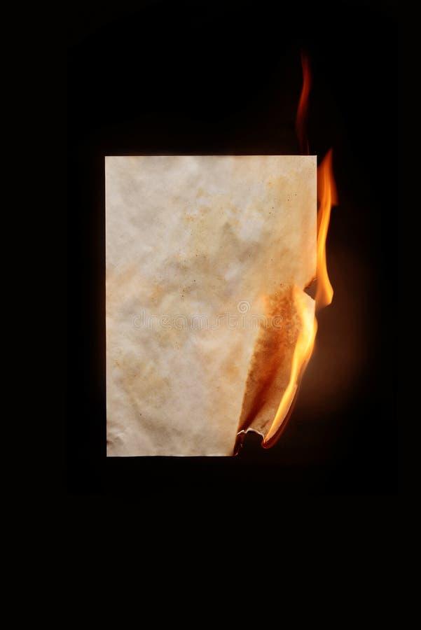 горящий бумажный лист стоковое изображение