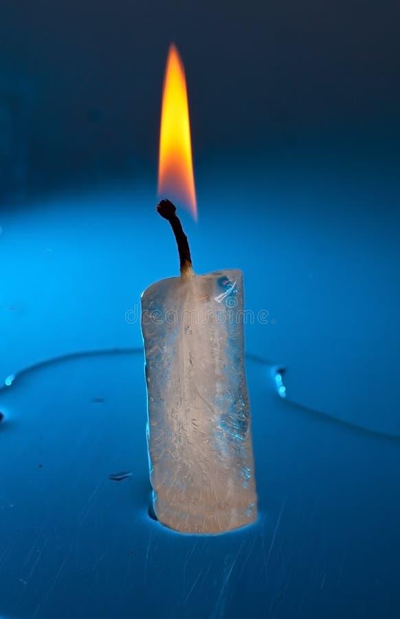 горящий сделанный льдед свечки стоковое изображение