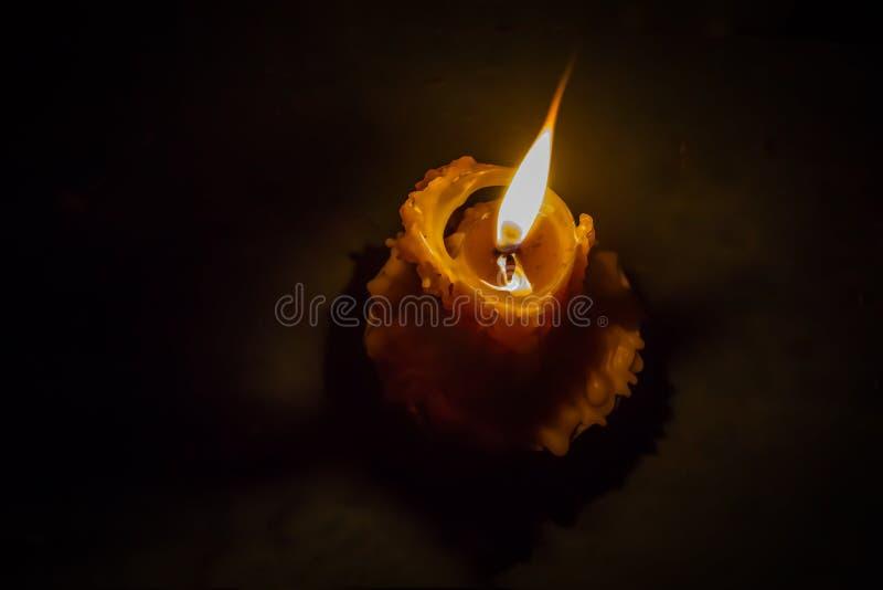 Горящий фитиль свечи beeswax, пересекает покрашенный стоковые фотографии rf