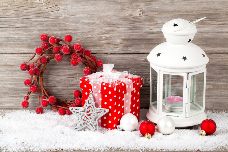 Горящий фонарик в снеге стоковое фото rf