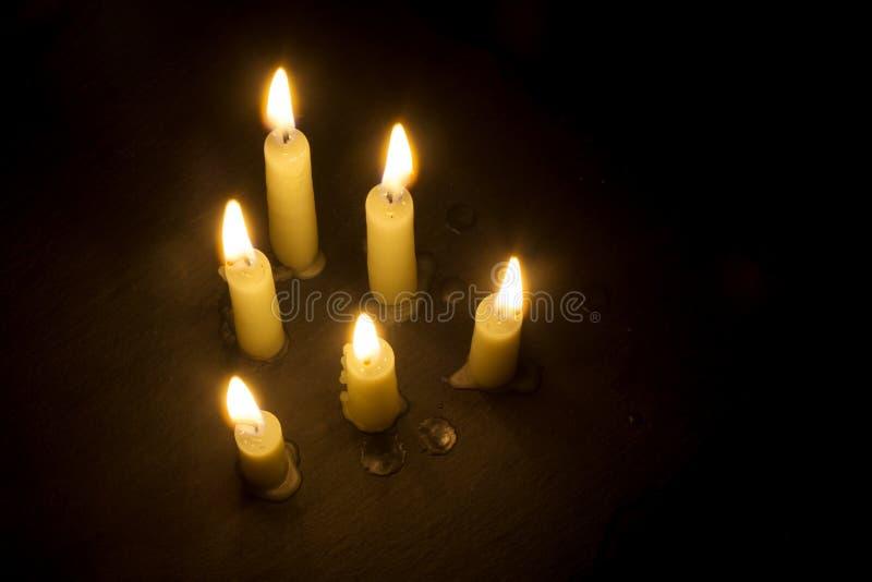 6 горящих свечей на черноте, осматривают сверху, копируют космос стоковые фотографии rf