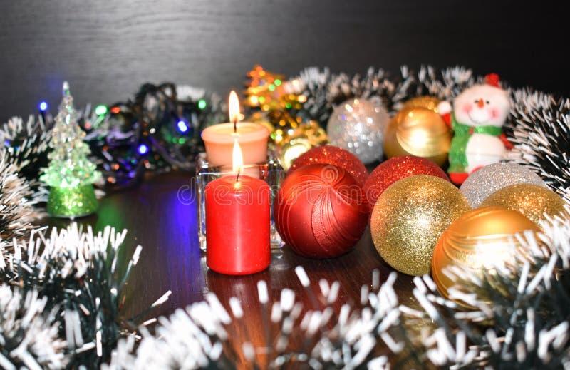 Download 2 горящих свечи и шарика рождества Стоковое Изображение - изображение насчитывающей гореть, ново: 81801029
