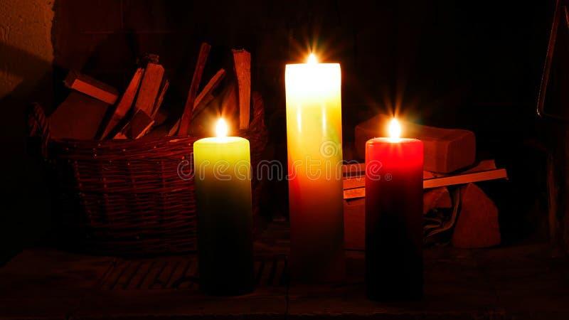 3 горящих свечи создают романтичную атмосферу стоковые изображения rf