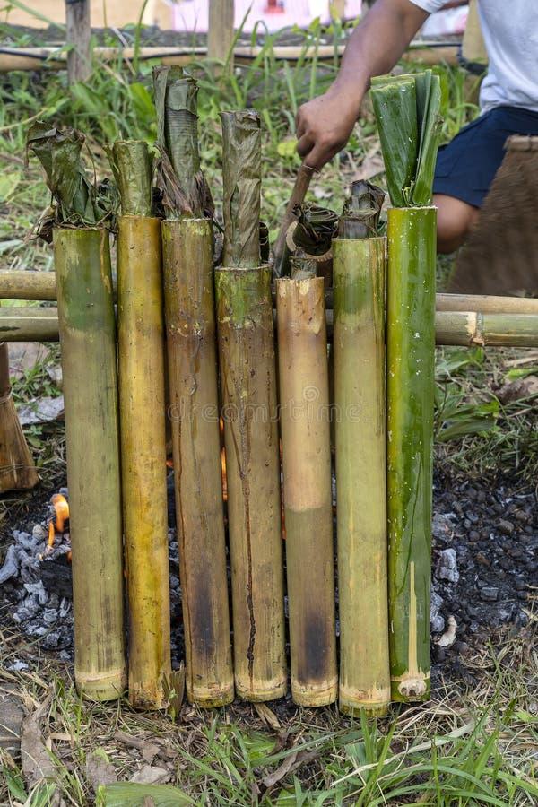 Горя бамбуковый рис в традиционный варить, азиатская еда Ubud, остров Бали, Индонезия closeup Сгорели липкий рис с помадкой стоковые фото
