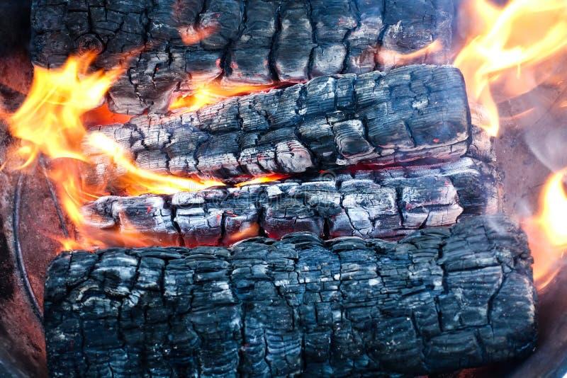 Горя древесина в firebox Швырок поворачивает к углю стоковое фото rf