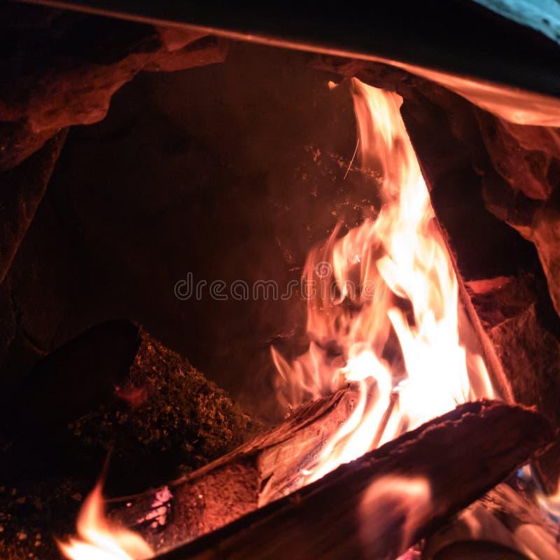 Горя огонь в конце-вверх печи Огонь в камине Гореть в печи стоковые изображения