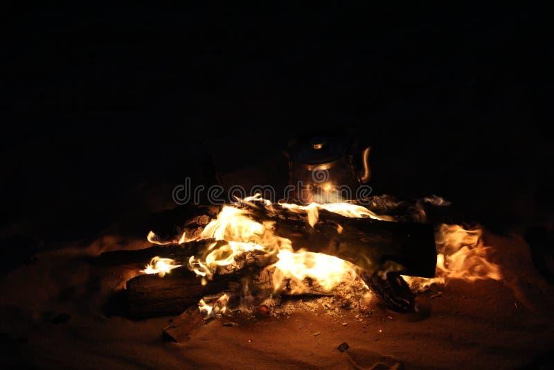 Горя огонь в отключении сафари стоковое изображение rf