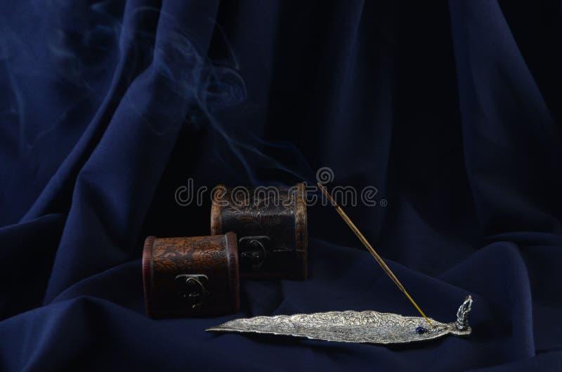 Горя ручка ладана против темной предпосылки стоковые фотографии rf