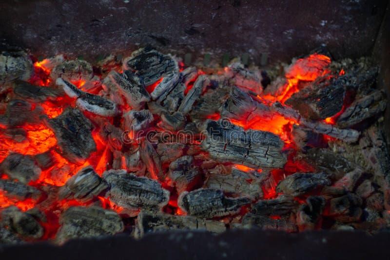 Горя угли в fireplase стоковая фотография rf