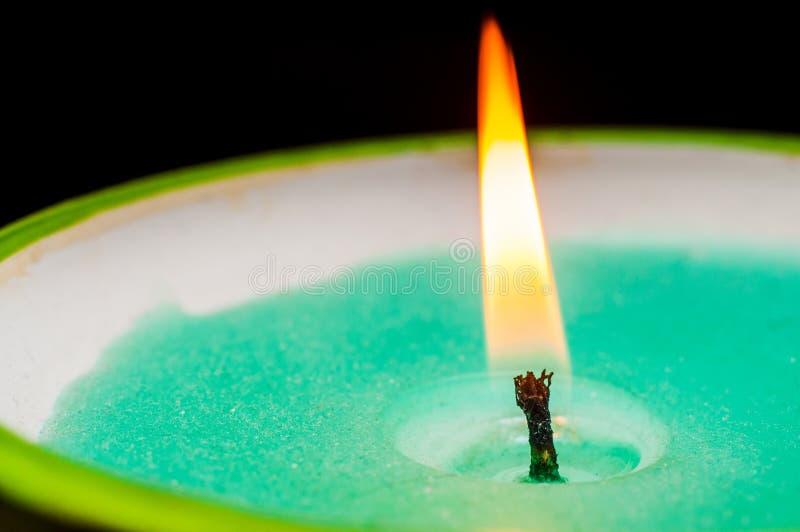 Горя фитиль свечи с зеленым концом-вверх воска на черной предпосылке Стрельба макроса стоковое фото