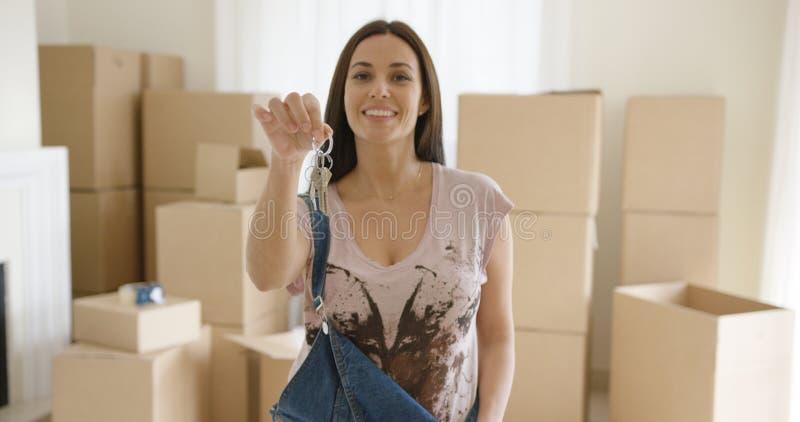 Гордая молодая женщина задерживая комплект ключей дома стоковое фото rf