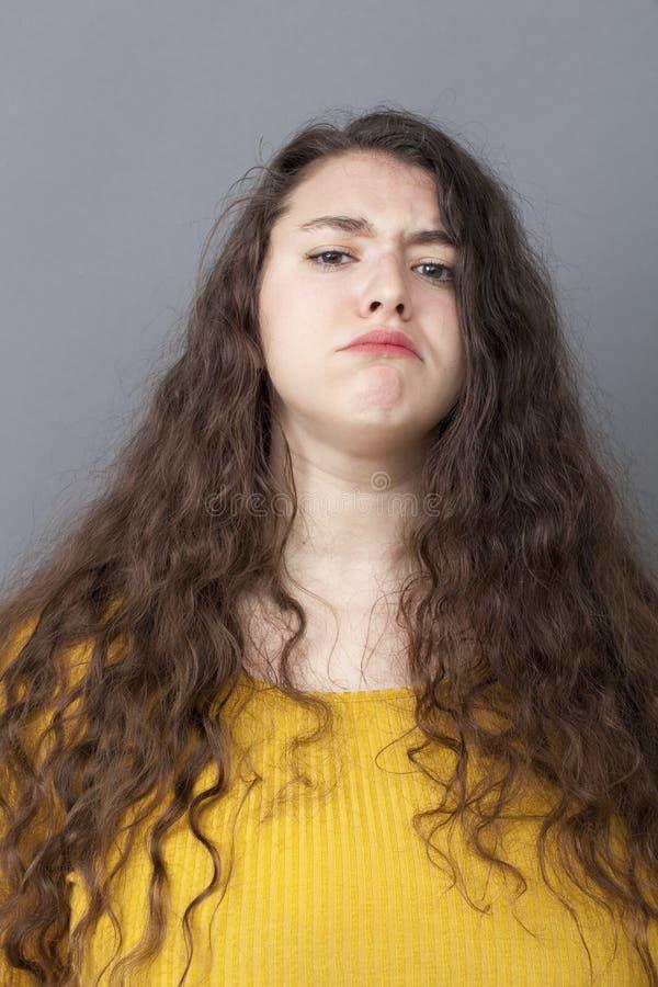 Гордость и заносчивость для обиденной большой молодой женщины стоковая фотография