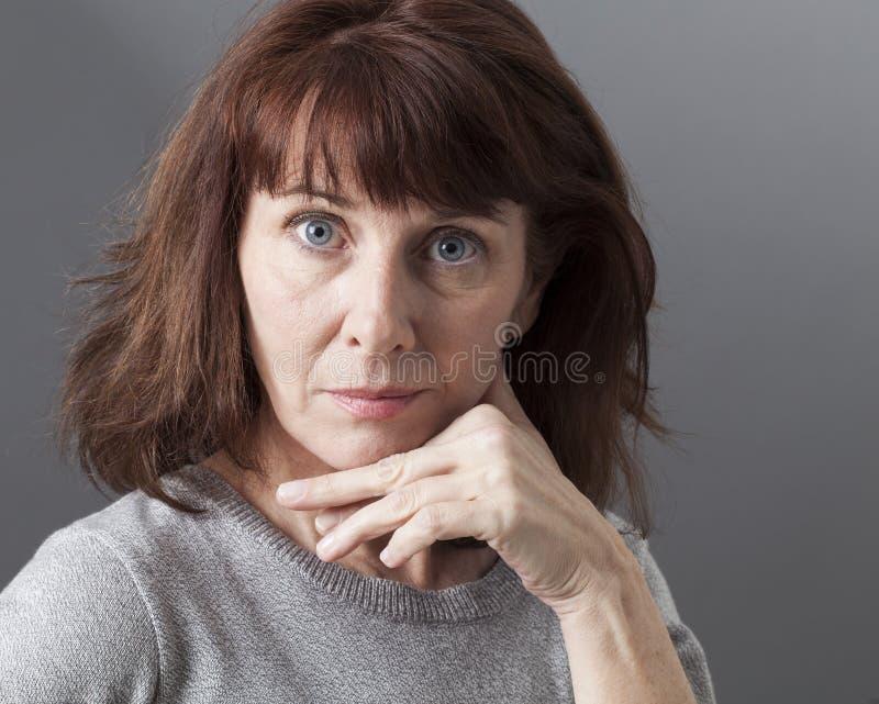 Гордость и заносчивость для удивленной зрелой женщины стоковые фотографии rf