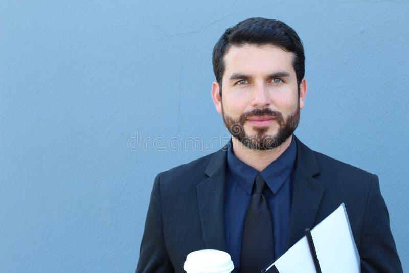 Гордый итальянский бизнесмен усмехаясь перед его офисом Он успешный человек с много руководством стоковое фото rf