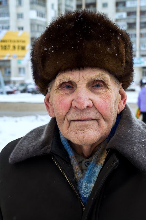 Гордый русский старик с меховой шапкой в зиме стоковые изображения