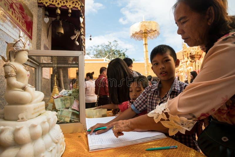 Гостевая книга подписания на виске Doi Suthep в Чиангмае, Таиланде стоковое фото rf