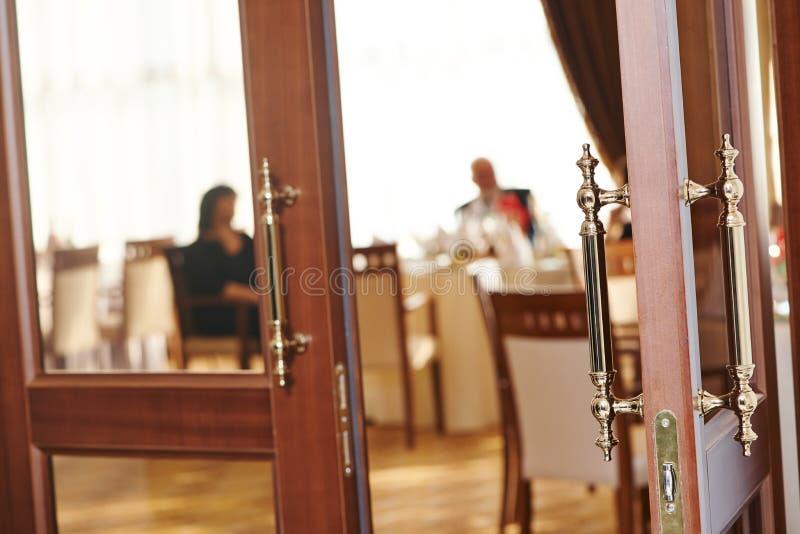 Гостеприимсво двери ресторана стоковое фото