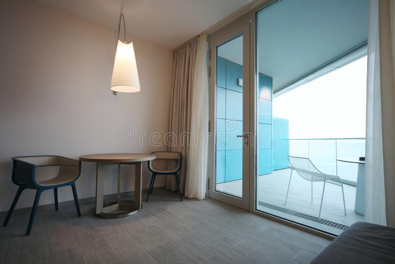 гостиная со стеклянной дверью и балконом стоковая фотография rf