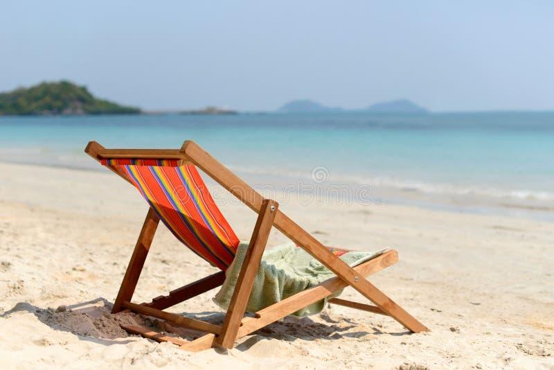 Гостиная фаэтона на тропическом пляже на солнечном летнем дне стоковое фото rf