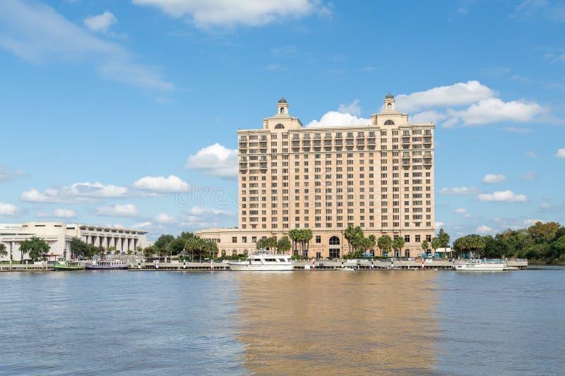 Гостиница берега реки с паромами стоковые изображения