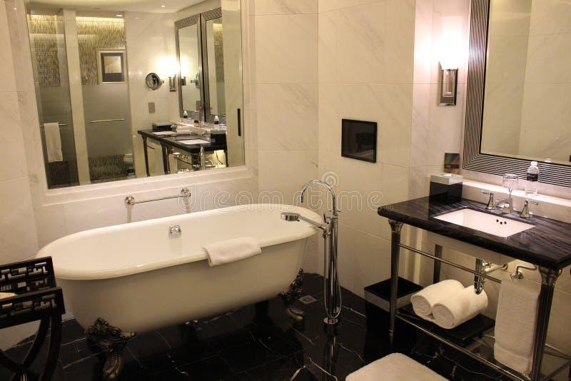 гостиница ванной комнаты внутри роскоши стоковые фото