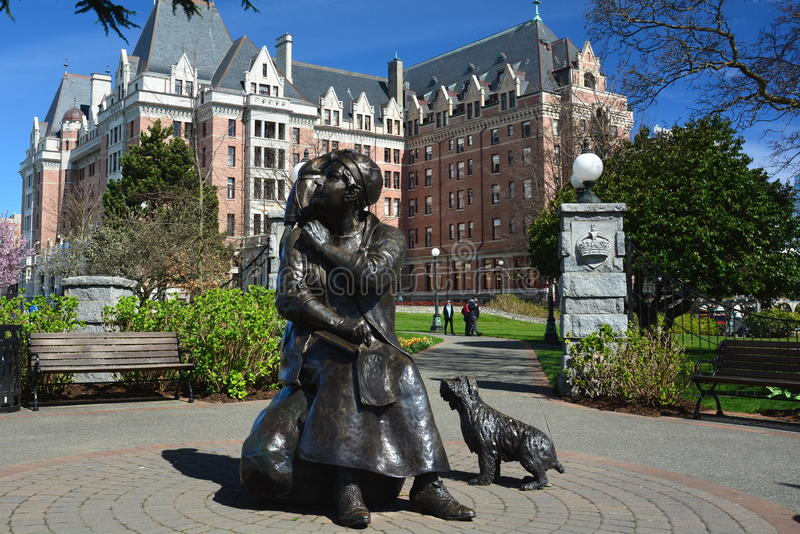 Гостиница императрицы и статуя Эмили Carr в Виктории ДО РОЖДЕСТВА ХРИСТОВА, Канада стоковая фотография