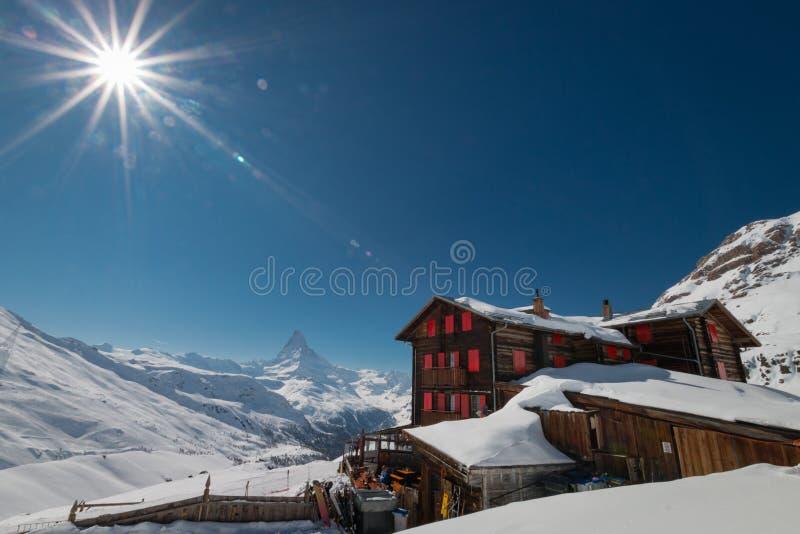 Гостиница и ресторан Fluhalp с Маттерхорном, Zermatt горы стоковые изображения rf