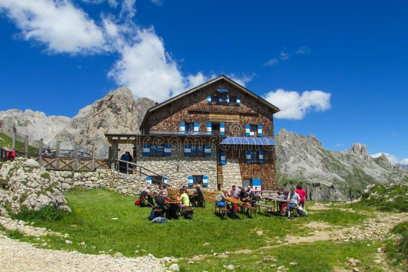 Гостиница и ресторан Refugio в Альпах стоковые изображения rf