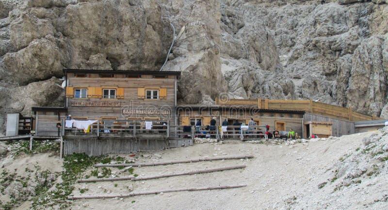 Гостиница и ресторан Refugio в Альпах стоковые фотографии rf