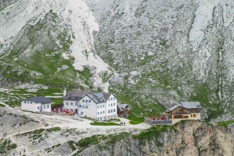 Гостиница и ресторан Refugio в Альпах стоковая фотография rf